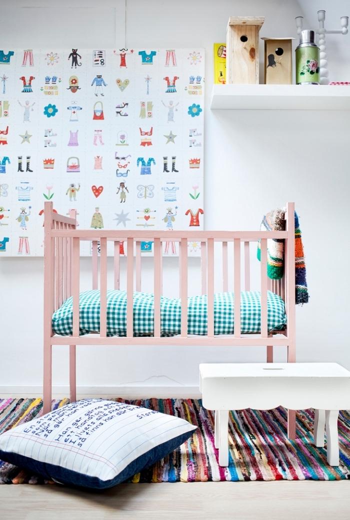 modèle de lit bebe fille à barreaux de bois avec couverture de lit à motifs carreaux vert et blanc, modèle de tapis coloré ethnique