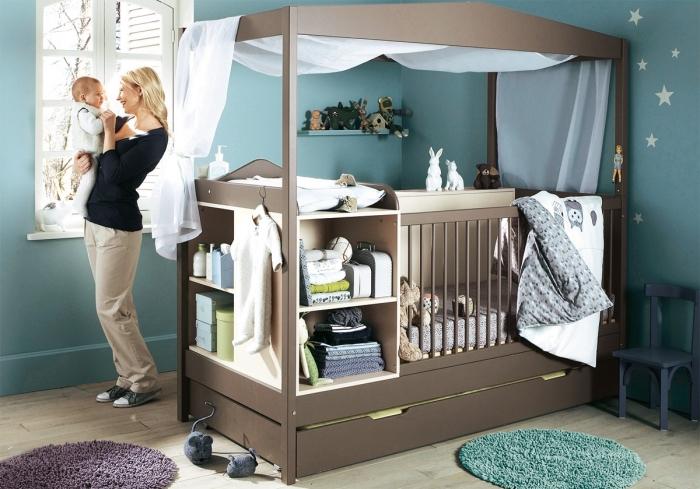 murs gris foncé pour la deco chambre bebe neutre avec une fenêtre blanche et un modèle de lit pratique avec rangements