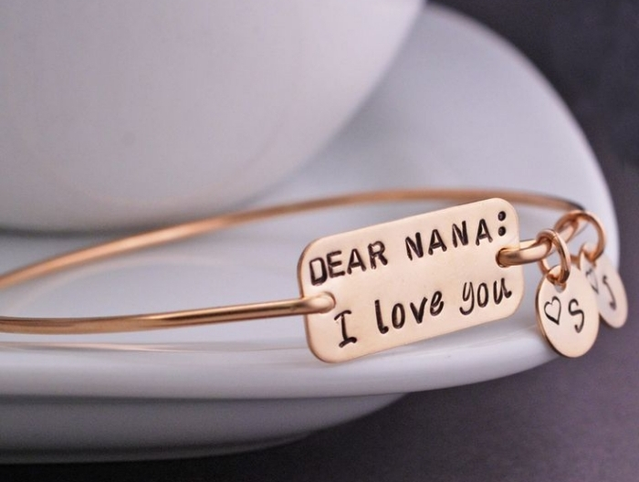 modèle d'accessoire personnalisé à offrir, bracelet métallique avec gravure chère mamie et initiales