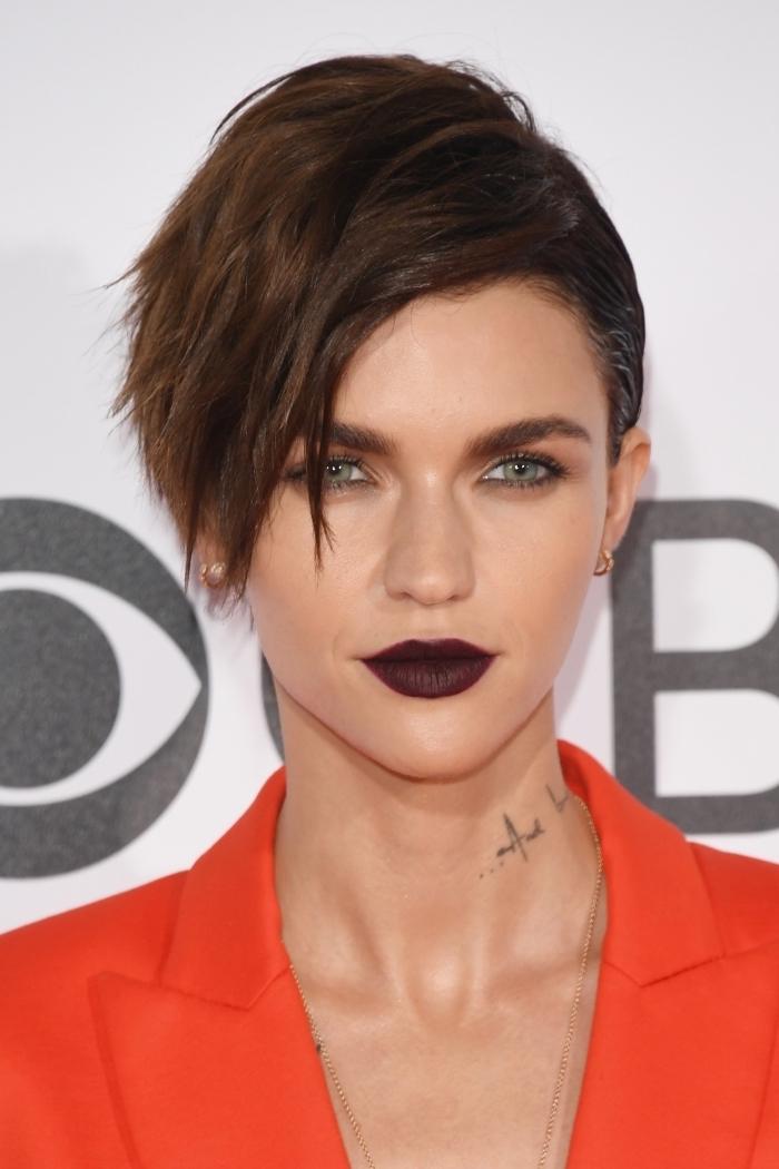 coloration châtain foncé pour une coupe de cheveux court femme avec volume sur le haut et raie sur le côté