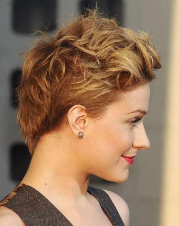 couleur de cheveux naturelle châtain foncé avec pointes éclaircies de nuance blonde miel, coupe de cheveux court femme