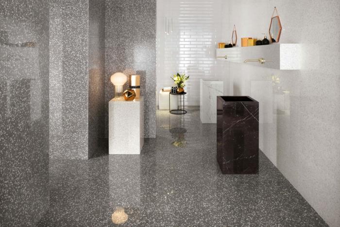 modèle de carrelage gris et blanc pour une déco de salle de bain moderne avec finitions cuivrées et meubles en marbre noir et blanc