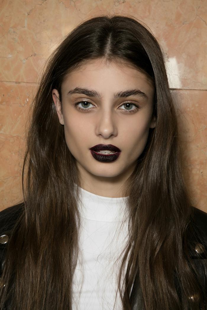 conseils maquillage pour un sourcil parfait femme, look néo-gothique aux sourcils broussailleux et au rouge à lèvres foncé