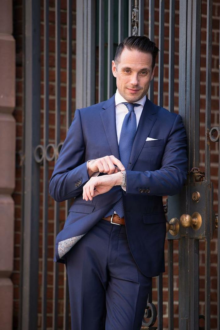costume hugo boss, allure d'homme d'affaires, cravate bleu ciel, mouchoir de poche blanc, ceinture en couleur caramel