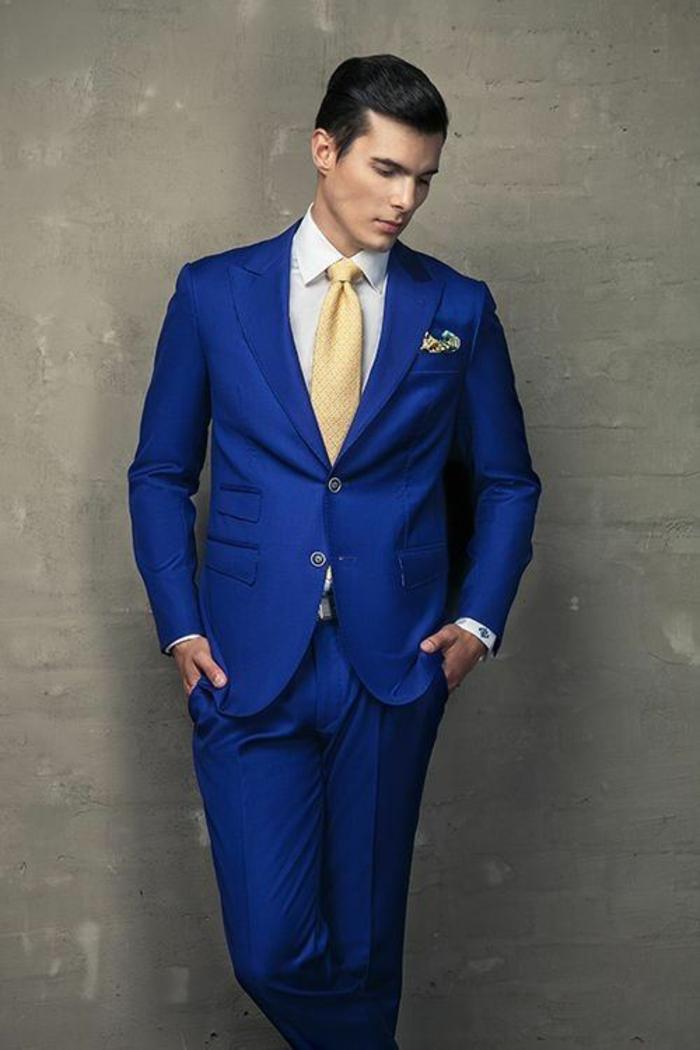 look business,costume bleu roi, cravate en couleur ivoire, mouchoir de poche en ivoire et en bleu, veste avec deux boutons et trois poches, deux poches superposées sur le côté droit de la veste