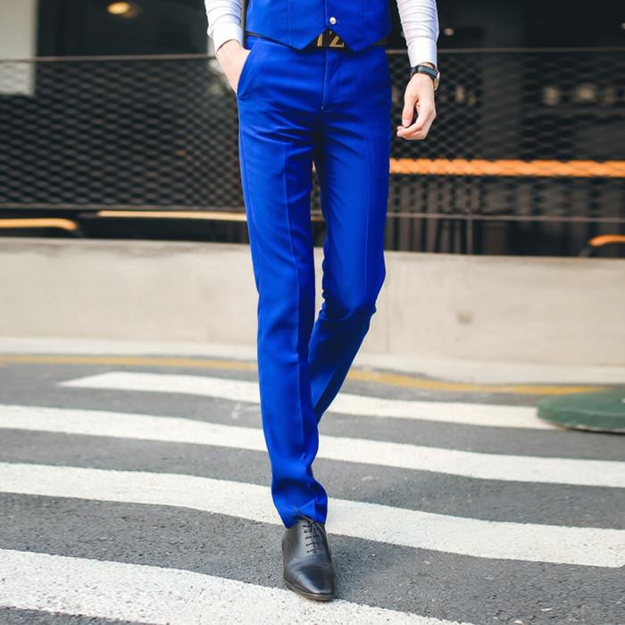 costume bleu roi, costume nœud papillon, pantalon type cigarette, gilet en bleu roi, chemise blanche, chaussures noires