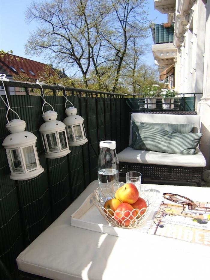 idee de deco balcon etroit, amenager petite terrasse d appartement, salon exterieur et lanternes lumineuses