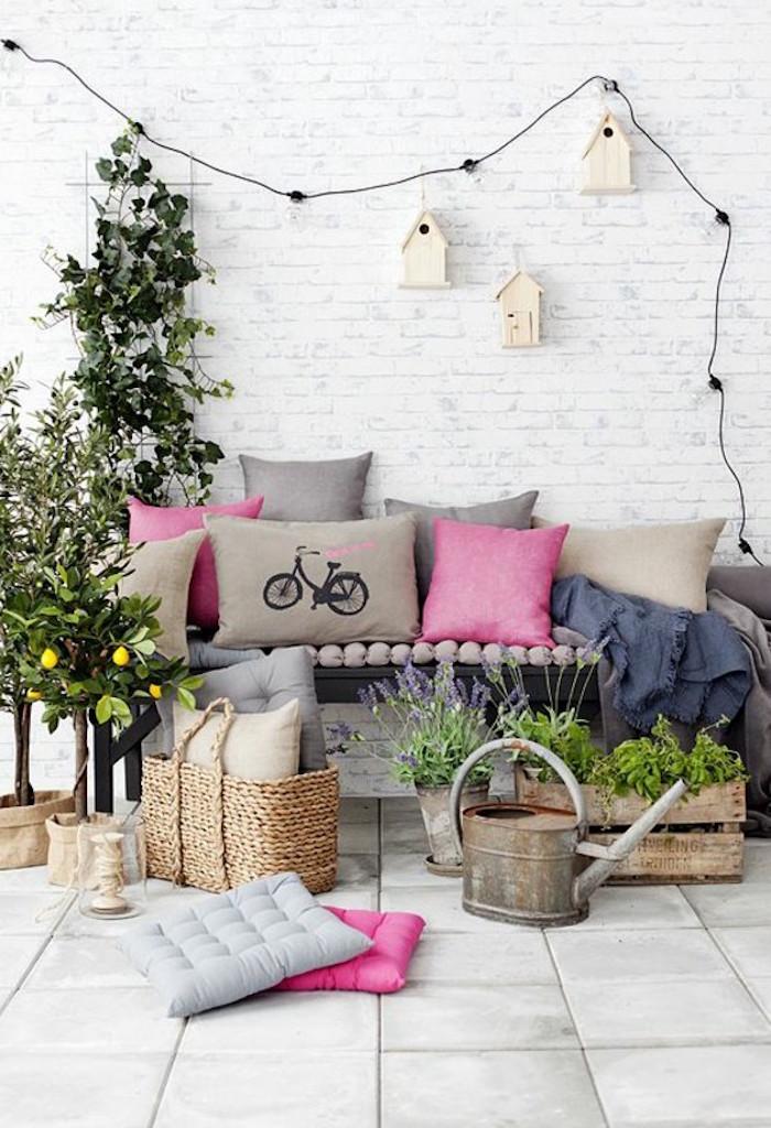 idées objets de déco pour balcon, cabane à oiseau pour décoration murale, jardiniere rustique en caisse de bois