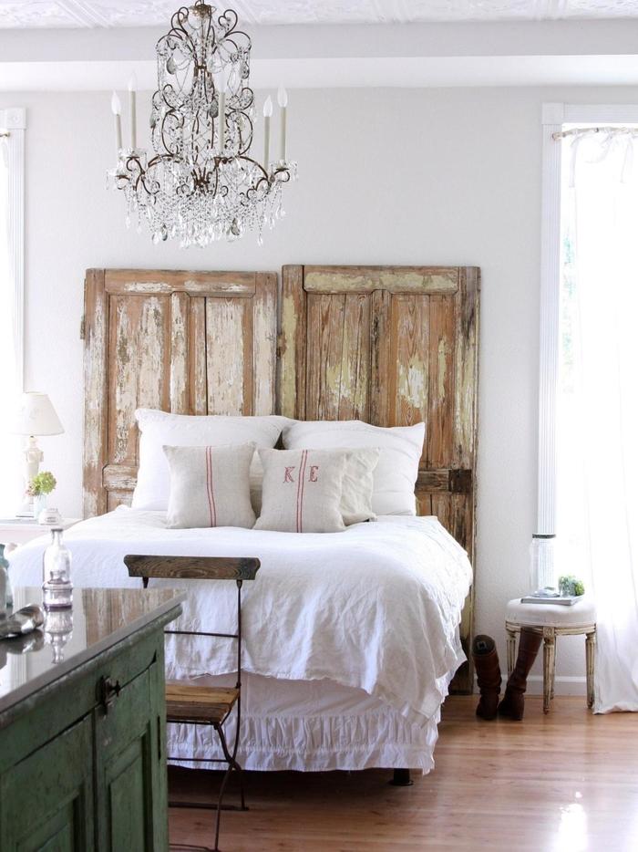 une tête de lit rustique transformé en accent déco affirmé dans une chambre shabby chic douce et féminine, idées récup pour faire une tete de lit à partir de portes de grange