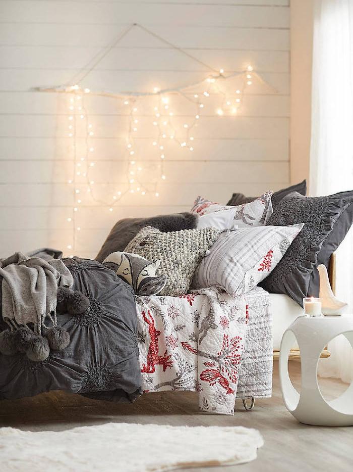 suspension en bois flotté avec décoration de lumières, idee tete de lit originale, linge de lit gris et blanc aux accents rouges, tapis blanc
