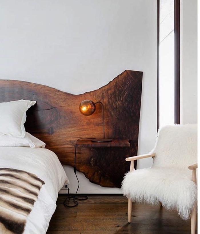 une chambre à coucher cocooning d'esprit nordique avec tete de lit bois brut pour un accent naturel fort