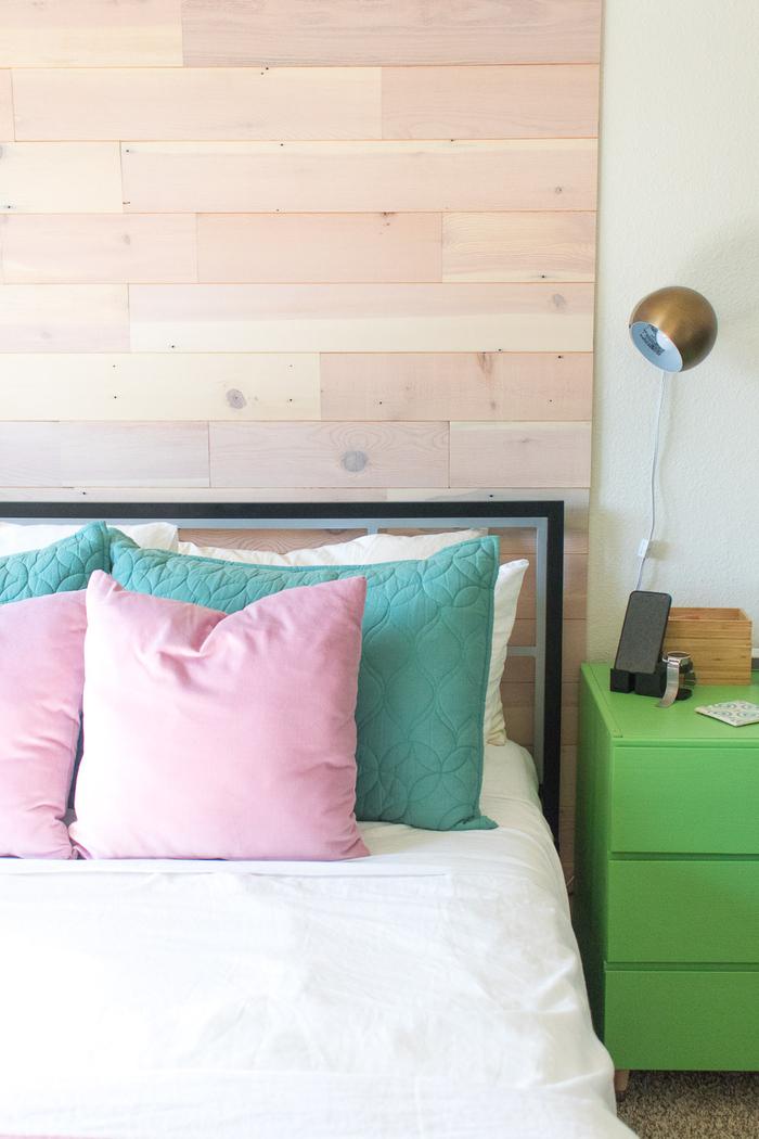 faire une tete de lit en planches de bois naturel pour donner immédiatement une touche déco à la chambre à coucher et faire ressortir les détails colorés