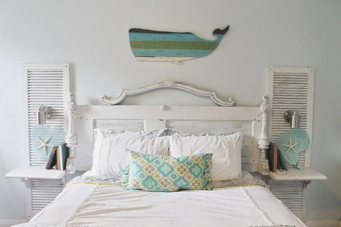 chambre à coucher style bord de mer en blanc et vert d'eau, et d'une ambiance récup, idée pour une deco tete de lit d'esprit récup en persiennes recyclées