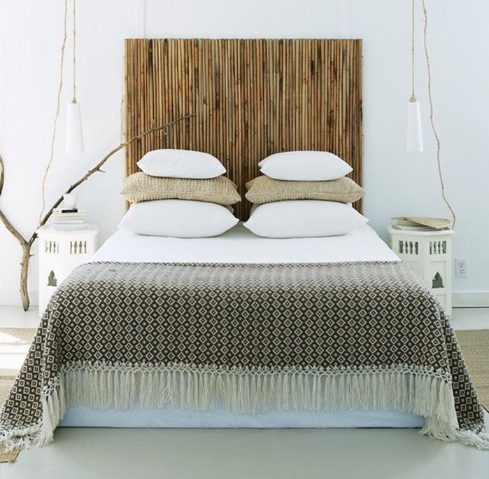 déco ethnique chic épurée avec une tete de lit en bambou , des tables de chevet marocaines et une palette de couleurs neutres