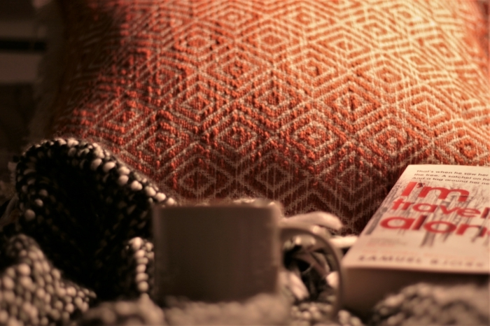 un livre, une tasse, des textiles chauds et moelleux, décorer en stye nordique