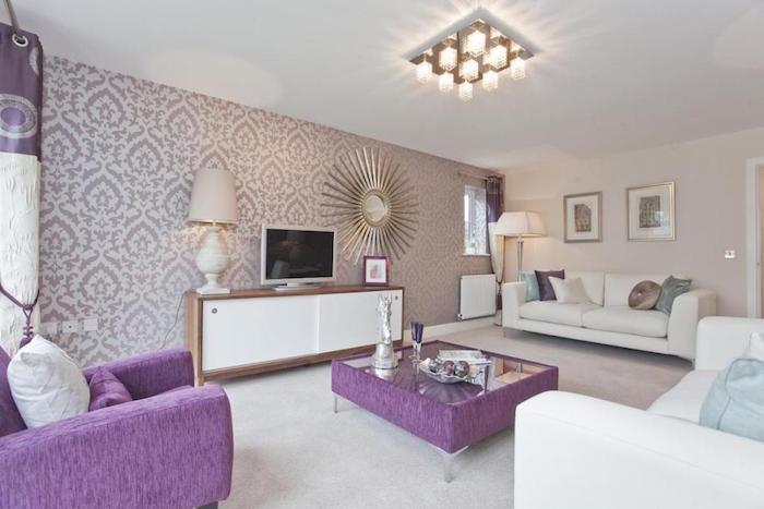 photo salon violet et blanc, tapisserie murale mauve, décoration murale avec miroir soleil
