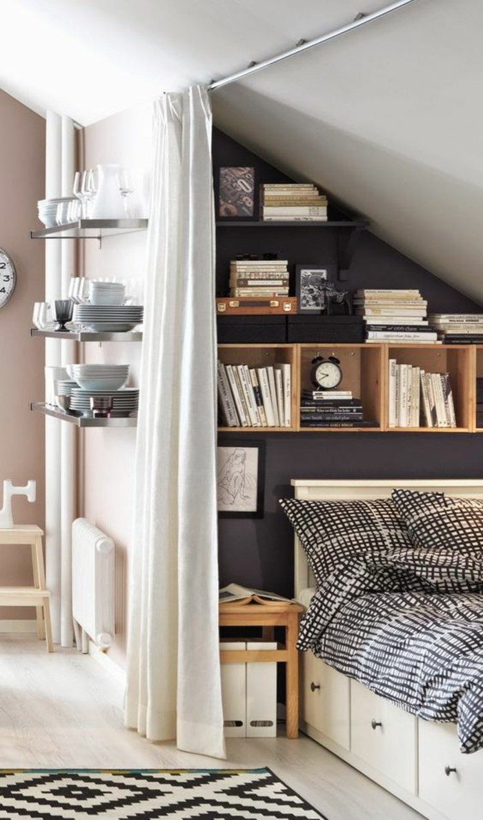 chambre de 9m2, déco chambre étudiant, aménager chambre 9m2, trois étagères en verre, lit caché avec un rideau blanc, tapis en noir et blanc avec des motifs graphiques
