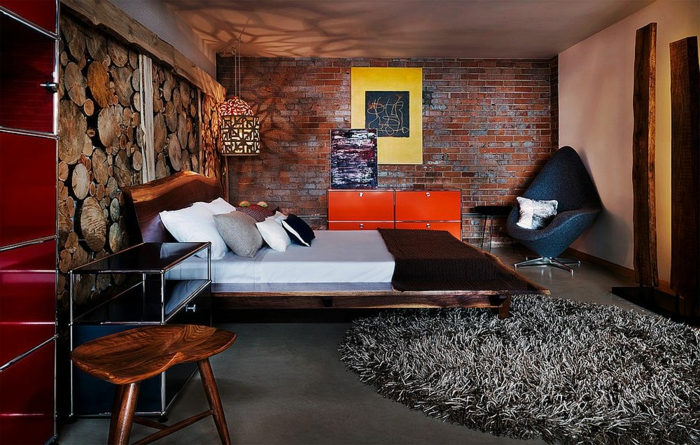 decoration murale design dans une chambre chameureuse, chaise en bois authentique, tapis moelleux, déco murale troncs d'arbre
