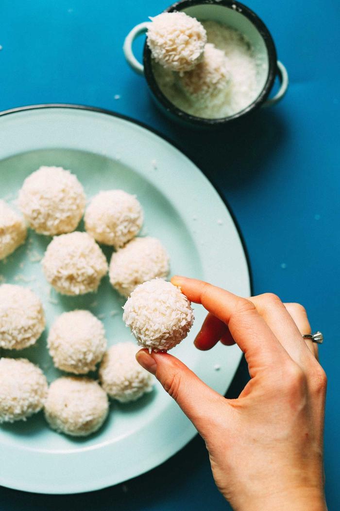 recette originale de dessert diététique avec seulement cinq ingrédients, des truffes au chocolat blanc vegan aux noix de macadamia