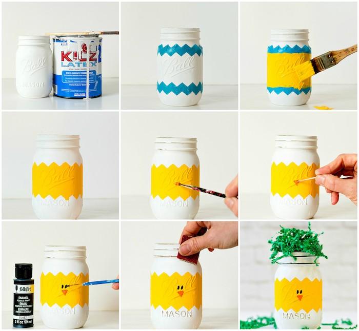 activité manuelle paques avec des pots ne verre repeints en jaune et blanc avec dessin traits de visage en peinture et herbe en vermicelles vertes, motif poussin de paques
