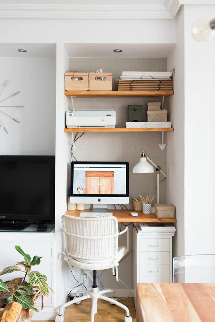 murs blancs, fauteuil en blanc a roulettes avec des accoudoirs, amenager studio 15m2, bureau en bois couleur claire