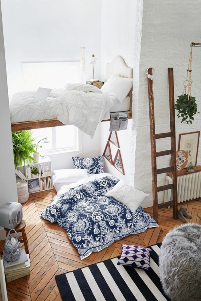 chambre de 9m2, déco chambre étudiant en style boho chic, couverture du lit avec des motifs de faïence en bleu et blanc, échelle en bois marron, tapis aux rayures blanc et bleu marine verticales
