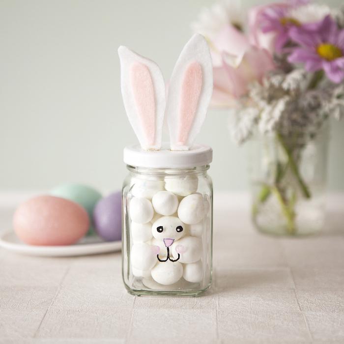 pot en verre à bonbons rempli de bonbons blancs avec des oreilles en feutrine collées sur le couvercle