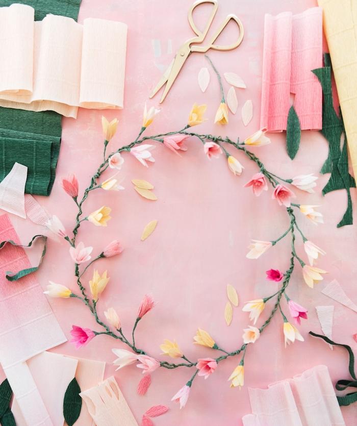exemple d activité manuelle pour adultes, fabriquer une couronne de fleurs en papier, exemple que faire avec du papier crépon