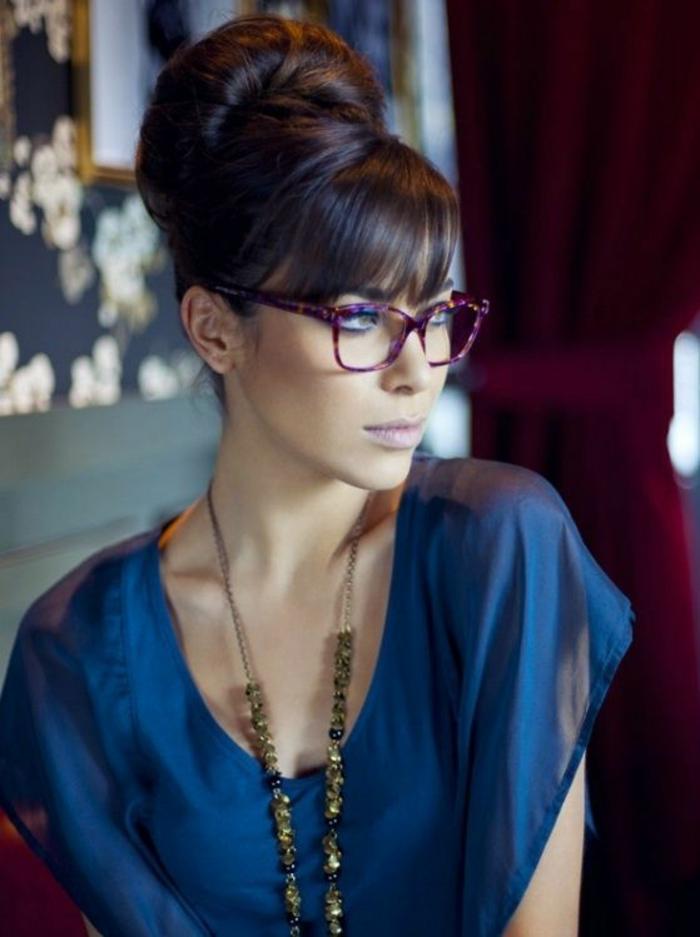 lunette visage rond, lunette rectangulaire en couleur bordeaux, branches fines pour une bonne vision latérale, femme en tenue de soirée