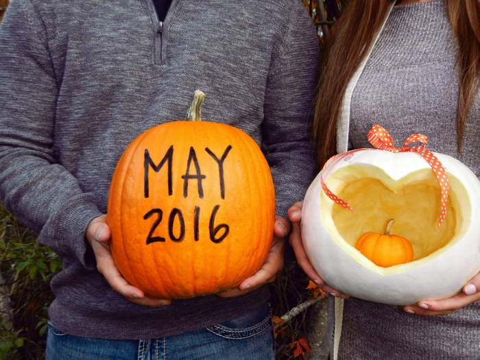 annoncement de grossesse avec des citrouilles sculptées, messages originaux