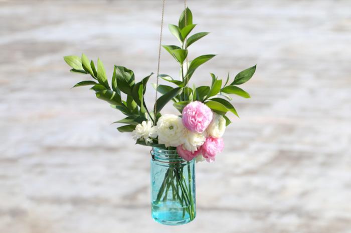 petit vase suspendu fabriqué dans un pot en verre avec un bouquet de fleurs à l intérieur, activité manuelle facile et rapide