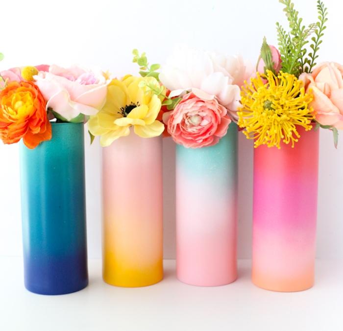 vase ombré coloré à effet arc en ciel décoré de peinture de couleurs diverses avec des fleurs à l intérieur, activité créative et deco pour un centre de table