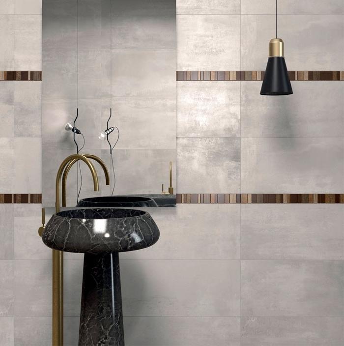 deco salle de bain en couleurs neutres et finitions métalliques, revêtement mural en carrelage gris clair et marron, accessoires décoratifs en noir et cuivre