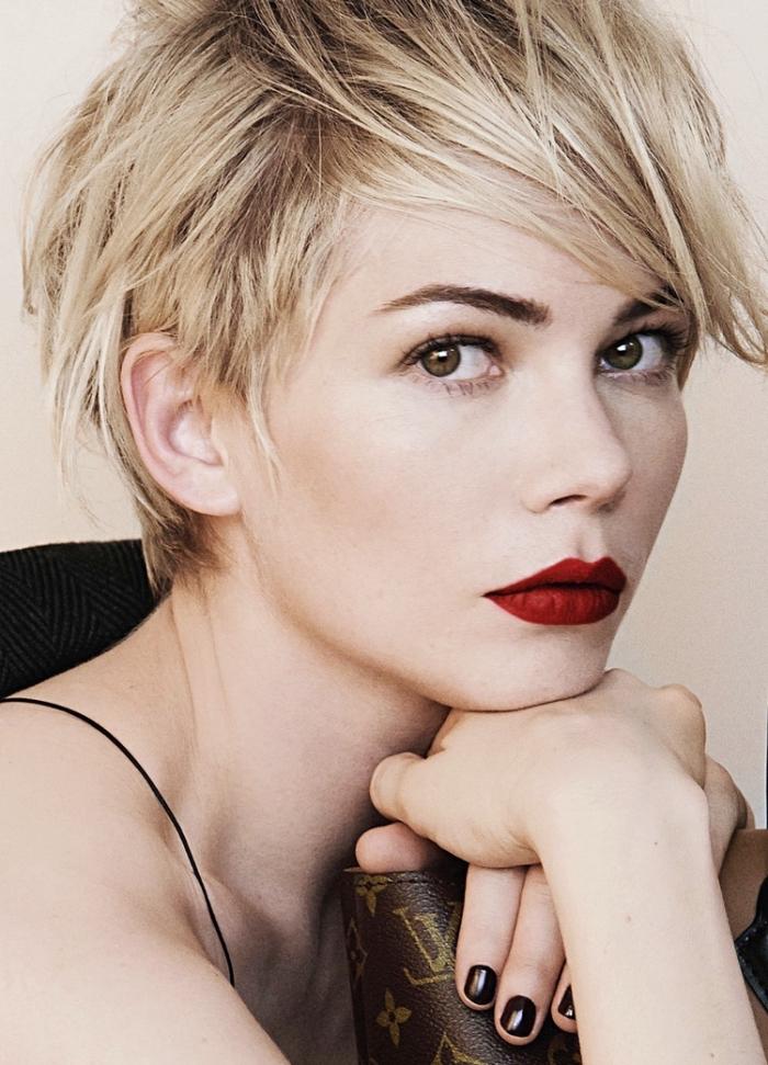 coloration blonde avec racines châtain foncé pour yeux noisettes et maquillage à rouge à lèvres rouge matte
