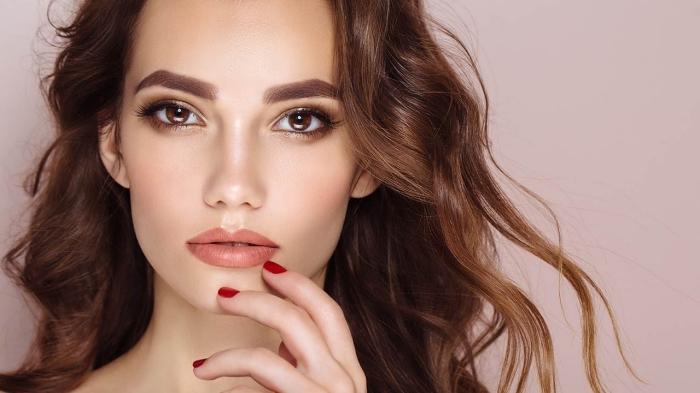 quelle couleur de cheveux pour yeux marron, maquillage aux lèvres orange matte et fars à paupières dorés