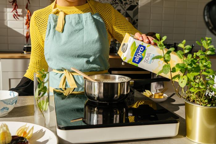 verser le lait de soja à la vanille dans une casserole pour faire la creme pour la creme au caramel