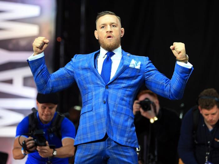 look de vainqueur, costume 3 pièces homme, cravate en bleu roi, mouchoir de poche en blanc et bleu, montre en métal jaune