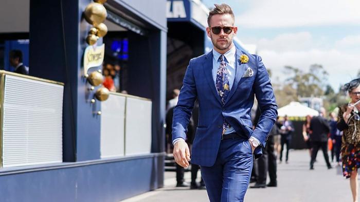 costard bleu, costume bleu roi chemise bleu ciel, cravate en bleu roi avec des fleurs en poudre de roses, fleur jaune sur le revers, look du jour