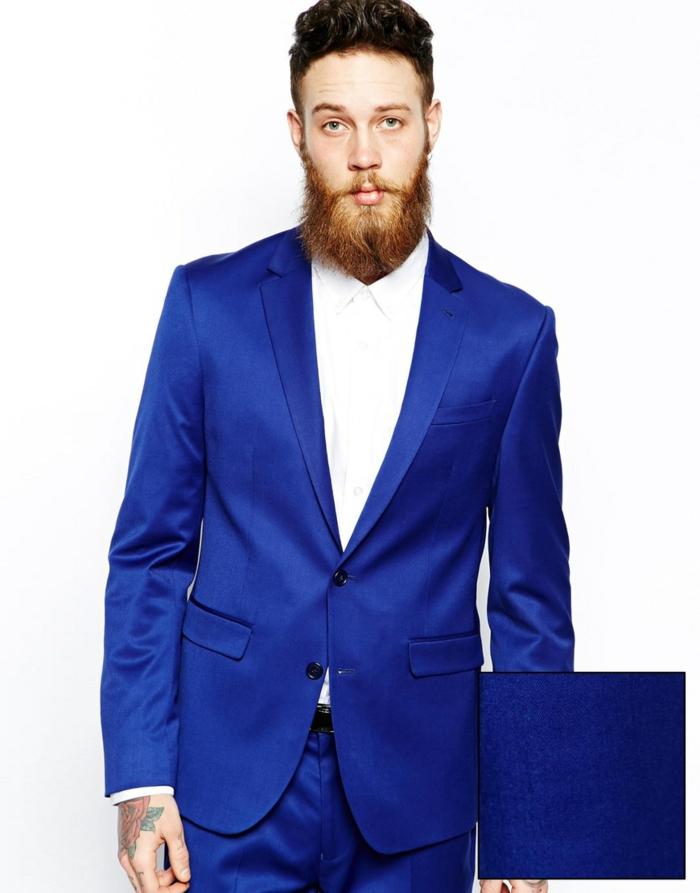 costume bleu roi avec chemise blanche au col fermé, sans nœud papillon et sans cravate, style de rebelle, mains avec des tatouages