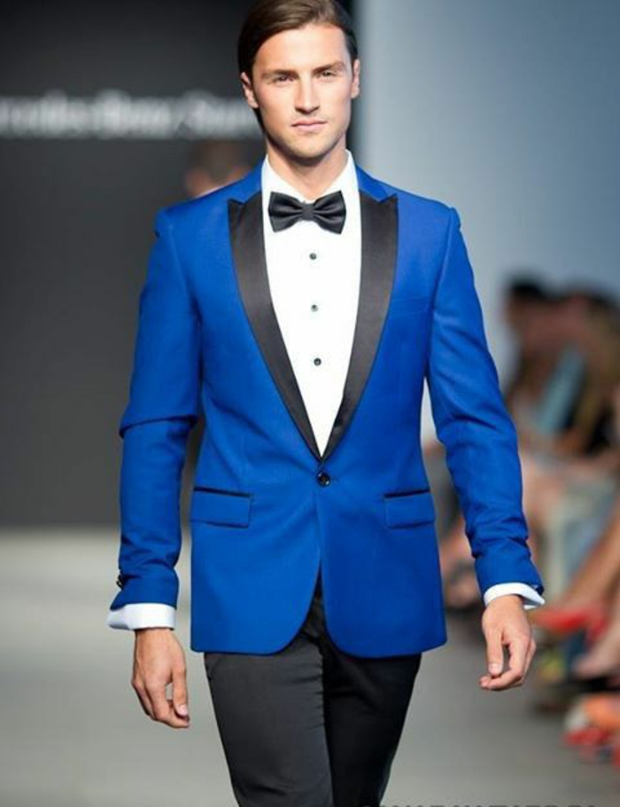 costard homme, costume bleu roi, nœud papillon noir, pantalons noirs, chemise blanche, revers pointus et étroits en soie noire
