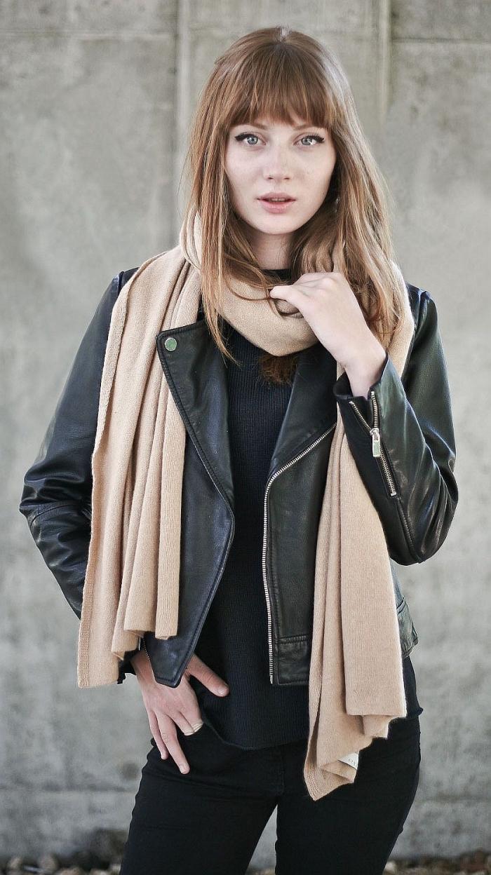 coupe de cheveux longs avec frange de couleur châtain cuivré, style rock femme avec veste en cuir noir et pantalon slim