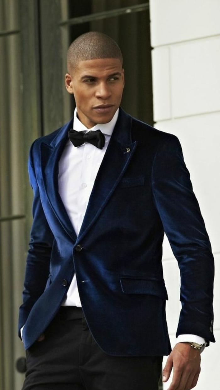 look de fête, costume nœud papillon, costume bleu roi, chemise blanche, nœud papillon en noir, veste avec deux boutons et fermée avec un seul bouton, pantalon noir, montre en métal