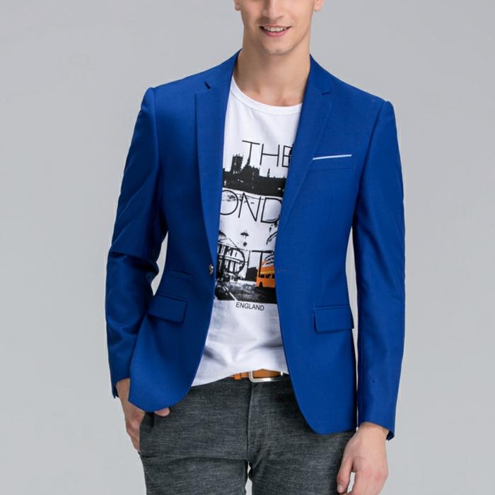 bleu roi, veste costume homme, style décontracté, avec T-shirt blanc avec des inscriptions en noir et orange, revers étroits de la veste, pantalon cigarette gris