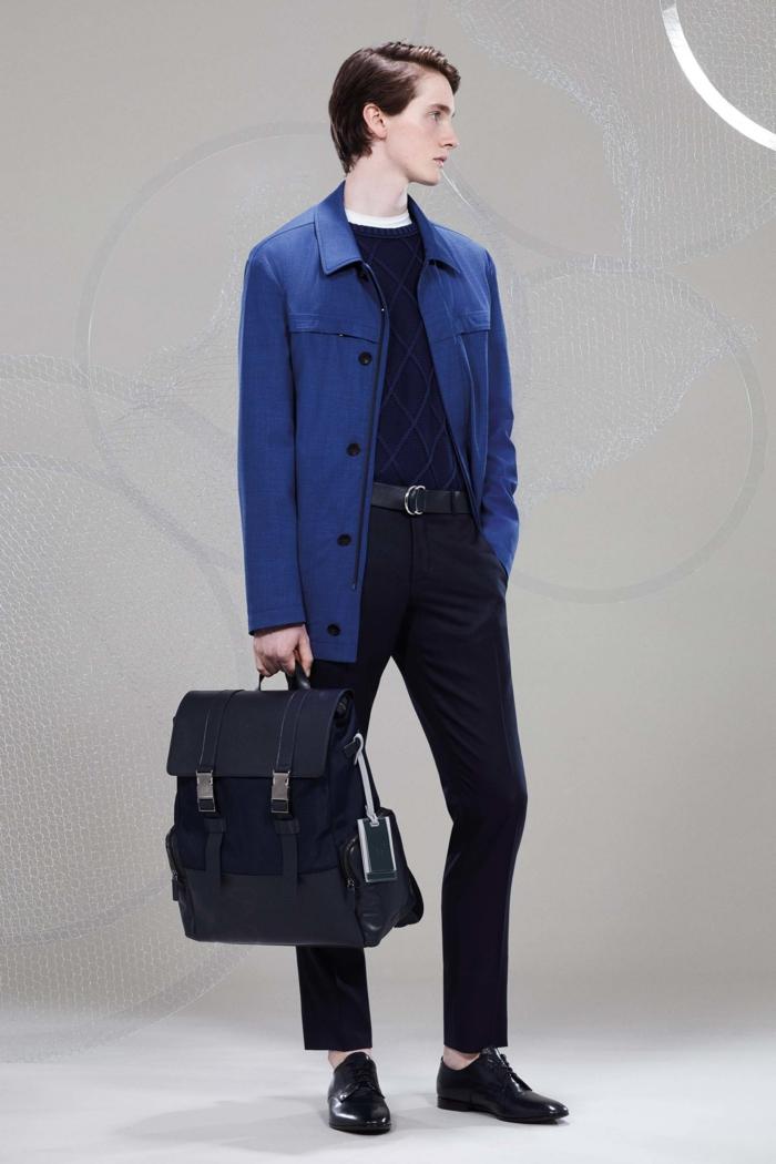 look d'affaires avec grand porte-documents en noir, veston homme en bleu roi, pantalon noir, ceinture noire, chaussures noires en laque