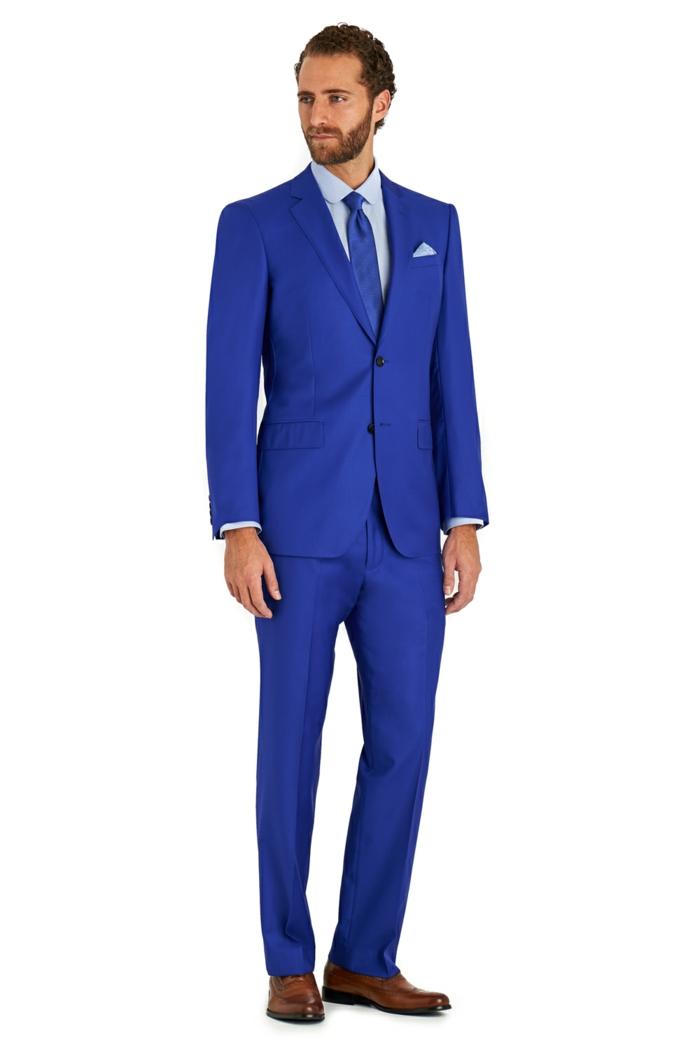 costard mariage, costume bleu roi pour un look d'affaires, cravate bleu roi avec des pois blancs discrets, chemise bleu clair, chaussures en marron clair