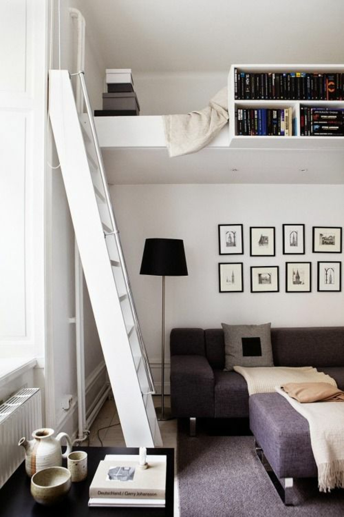 decoration interieur appartement, amenager studio 15m2, grande échelle blanche, canapé en couleur prune, lit avec biblio insérée en blanc