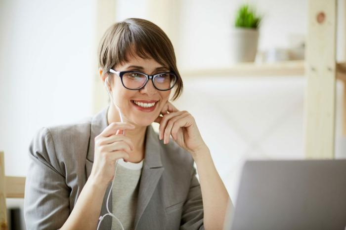 monture lunette noire, comment choisir ses lunettes, femme devant son ordinateur personnel, monture en plastique, lunettes de lecture