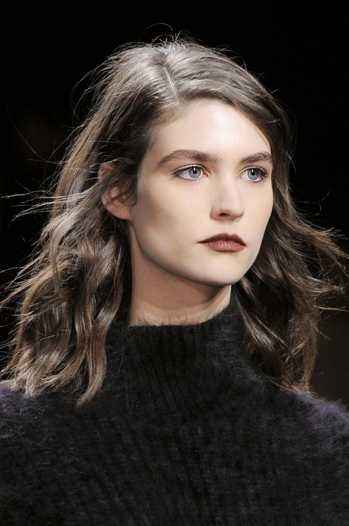 modèle de pull over femme en faux fur noir à combiner avec un maquillage aux lèvres foncés et mascara noir