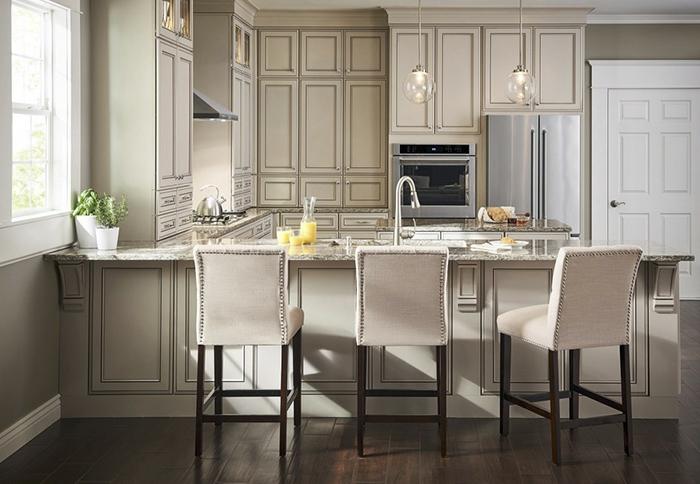 cuisine blanc laqué, chaises élégantes design contemporain, placards suspendus