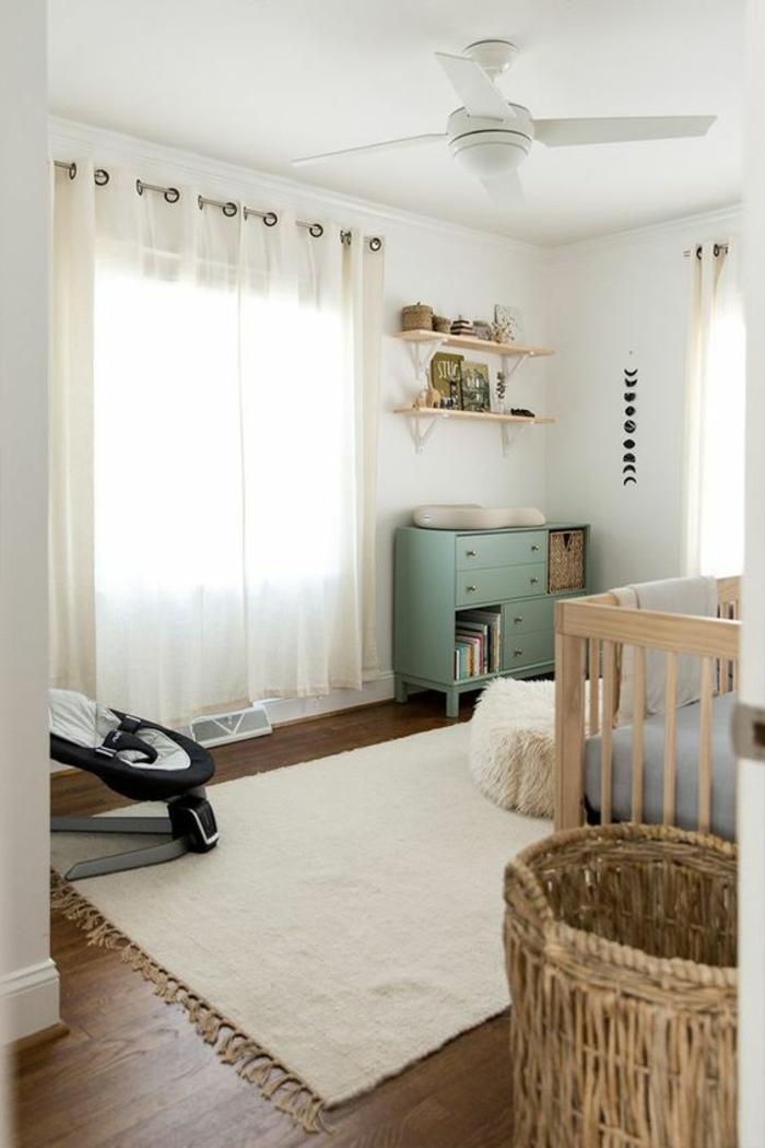 chambre gris et blanc, décoration chambre fille, lettre decoratrice, luminaire ventilateur, tapis blanc avec des franges, rideaux semi-transparents en blanc, meuble vintage en couleur menthe